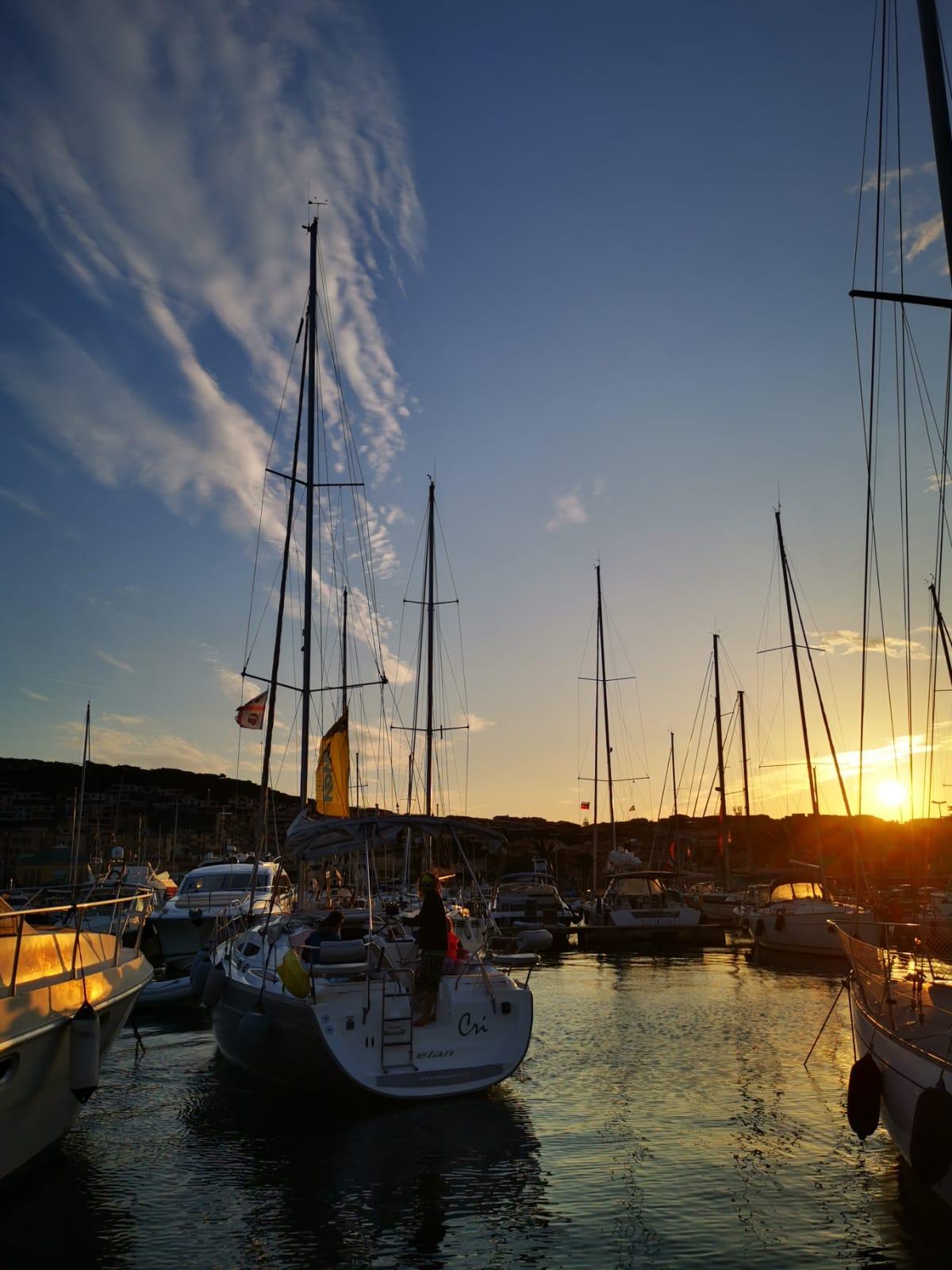 tramonto in barca a vela sardegna palau